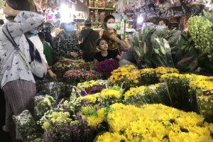 Không khí mua sắm Tết nhộn nhịp từ chợ đến siêu thị
