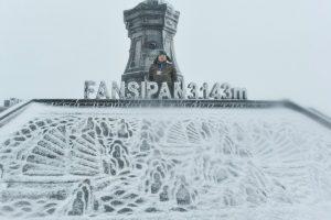 Lạ kỳ mưa tuyết trắng xóa phủ đỉnh Fansipan, 28 Tết