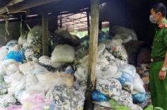 """Thái Nguyên bắt giữ hơn 13,5 tấn găng tay y tế tái chế chuẩn bị """"tuồn"""" ra thị trường"""