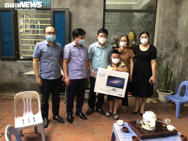 Sở GD-ĐT tỉnh Bắc Ninh tặng máy tính cho học sinh khó khăn  - 2