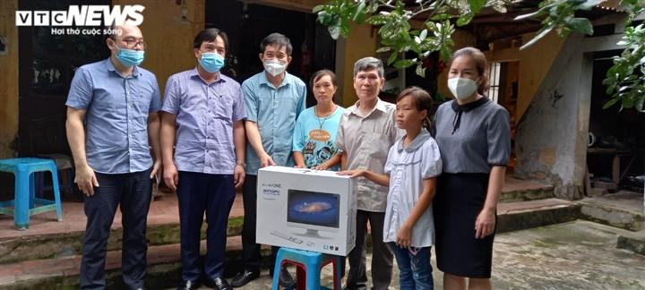 Sở GD-ĐT tỉnh Bắc Ninh tặng máy tính cho học sinh khó khăn  - 1